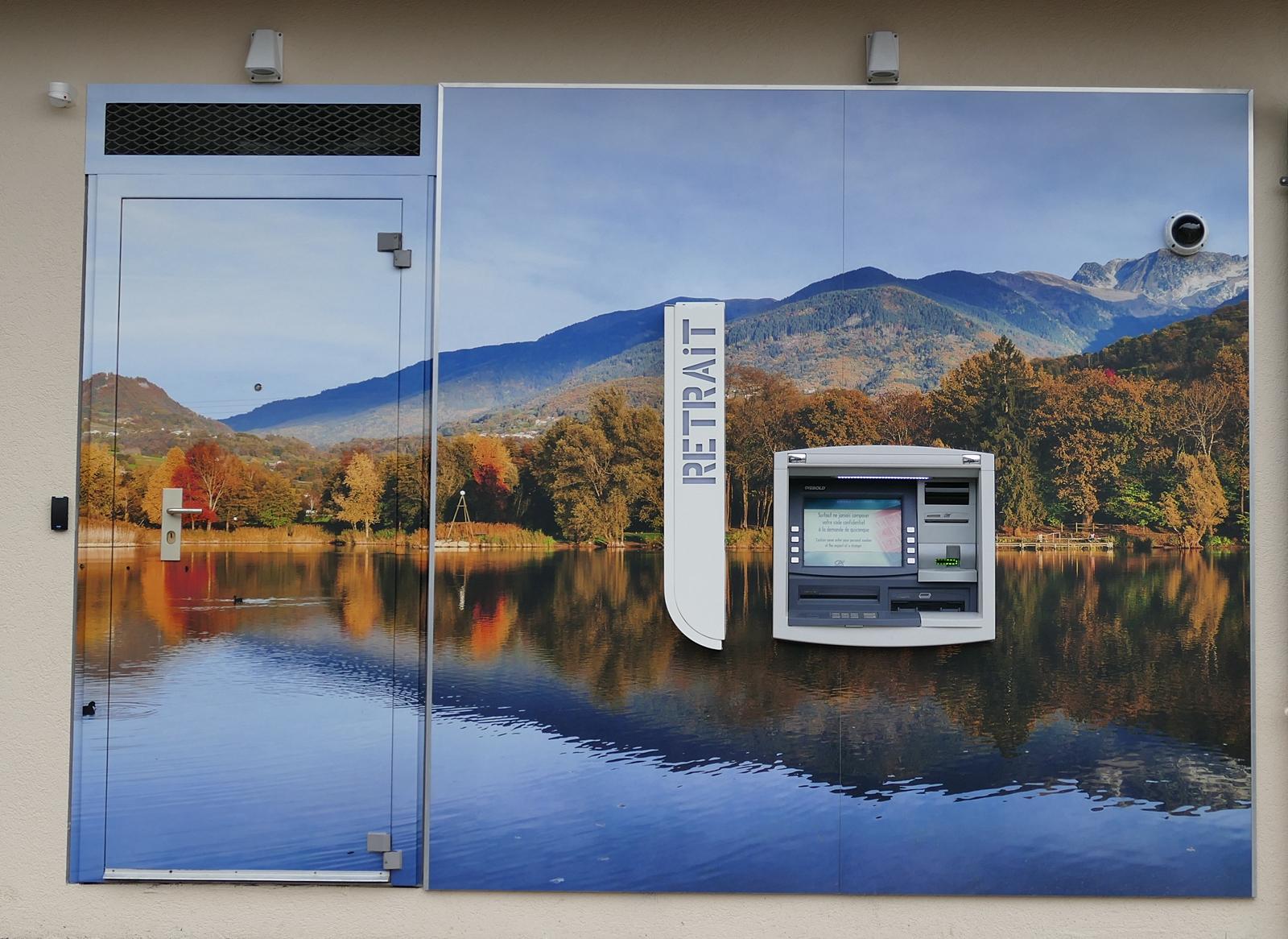 Le Distributeur Automatique D'une Agence Bancaire Décoré Par Une Photo D'un Lac En Combe De Savoie