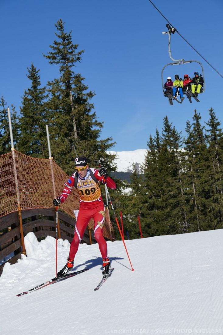 Photographe Sports De Ski Nordique En Savoie : Un Biathlète Sous Les Remontées Mécaniques Des Pistes De Ski De Méribel