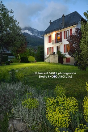 photographie immobilière : vue d'une maison et son jardin au crépuscule - real estate photography