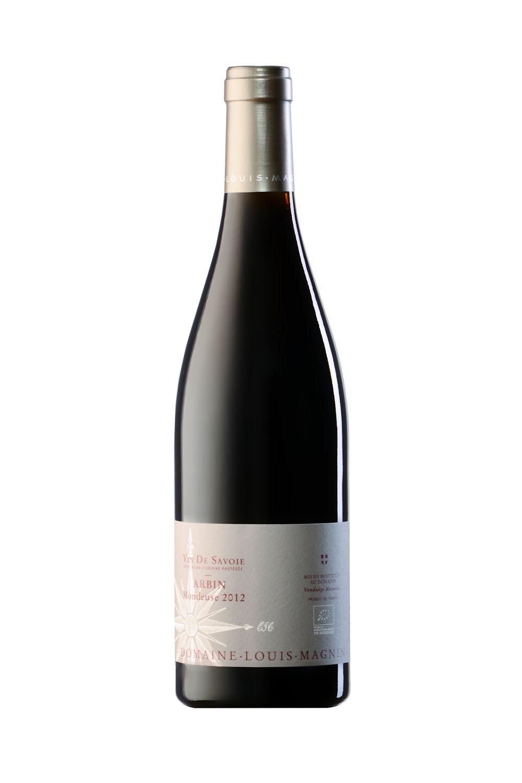 Bouteille De Vin De Savoie (Mondeuse Arbin) Photographiée En Studio Sur Fond Blanc