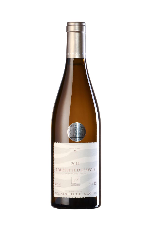 Bouteille De Vin De Savoie (Roussette De Savoie) Photographiée En Studio Sur Fond Blanc