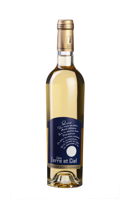 Bouteille De Vin De Savoie (blanc) Photographiée En Studio Sur Fond Blanc