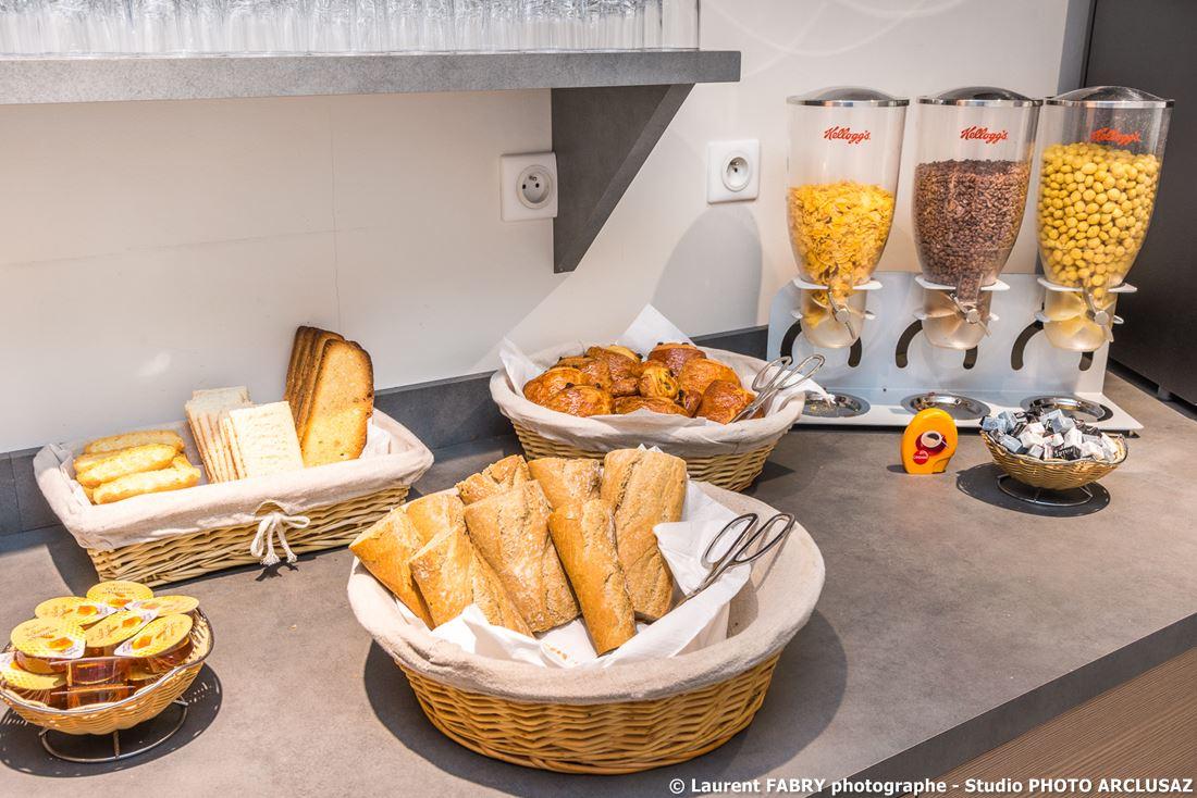 Photographe D'hôtel à Chambéry : Le Buffet Du Petit Déjeuner à L'hôtel Brit Hotel à Chambéry, Savoie