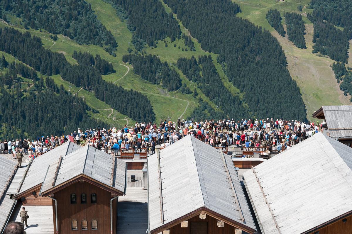 Photographe Tourisme Sur Un Meeting Aérien : Le Public Se Masse Sur La Terrasse Du Restaurant La Folie Douce Sur Les Pistes De Ski De Méribel