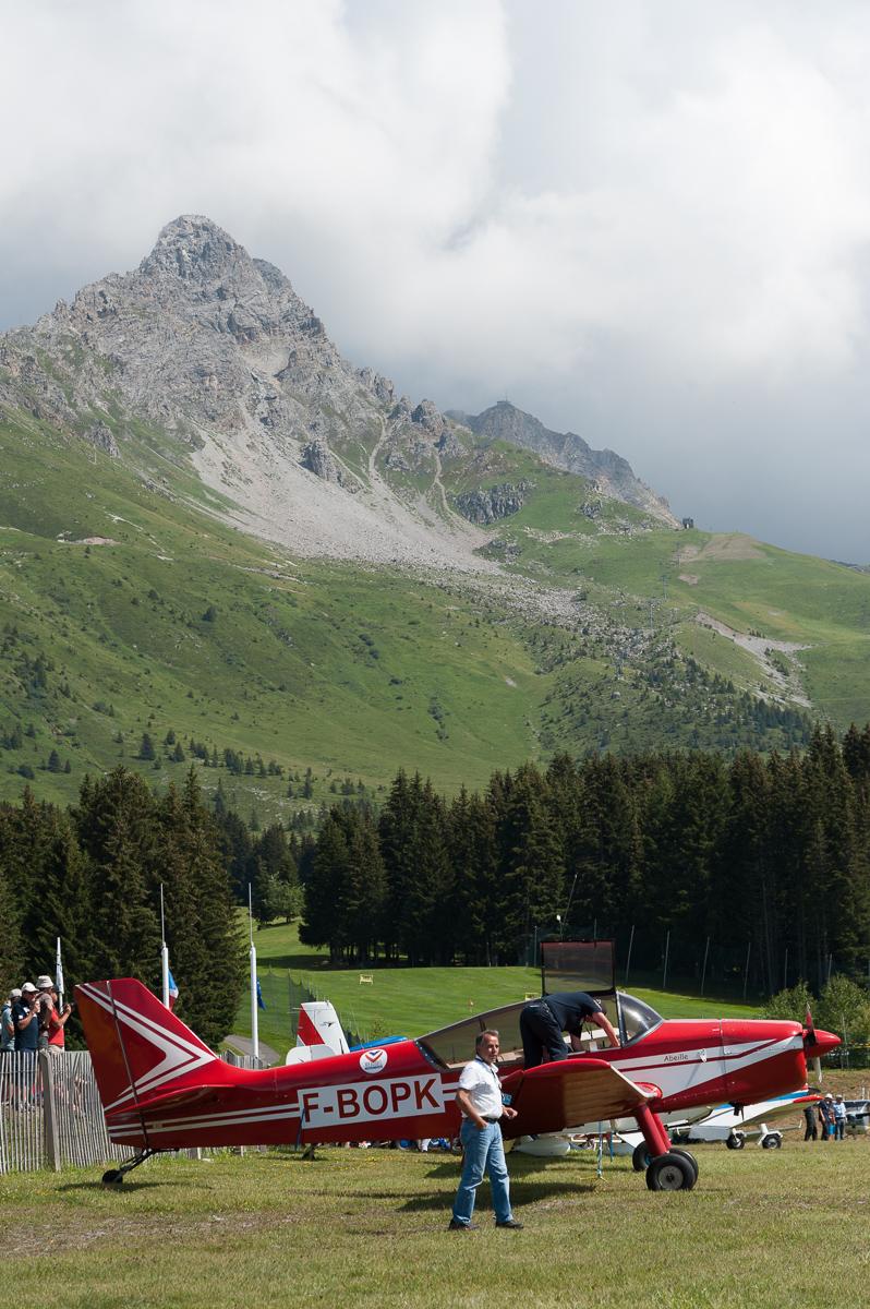 Photographe Tourisme Sur Un Meeting Aérien : Sur Fond De Décor Montagneux