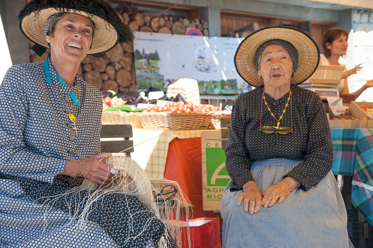 Photographe Tourisme Sur Une Fête De Village En Savoie : Les Brodeuses