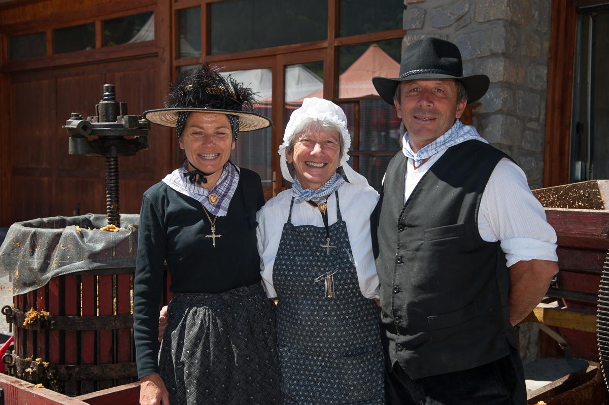 Photographe Tourisme Sur Une Fête De Village En Savoie : Costumes Traditionnels Savoyards Lors D'une Fête De Village Aux Allues