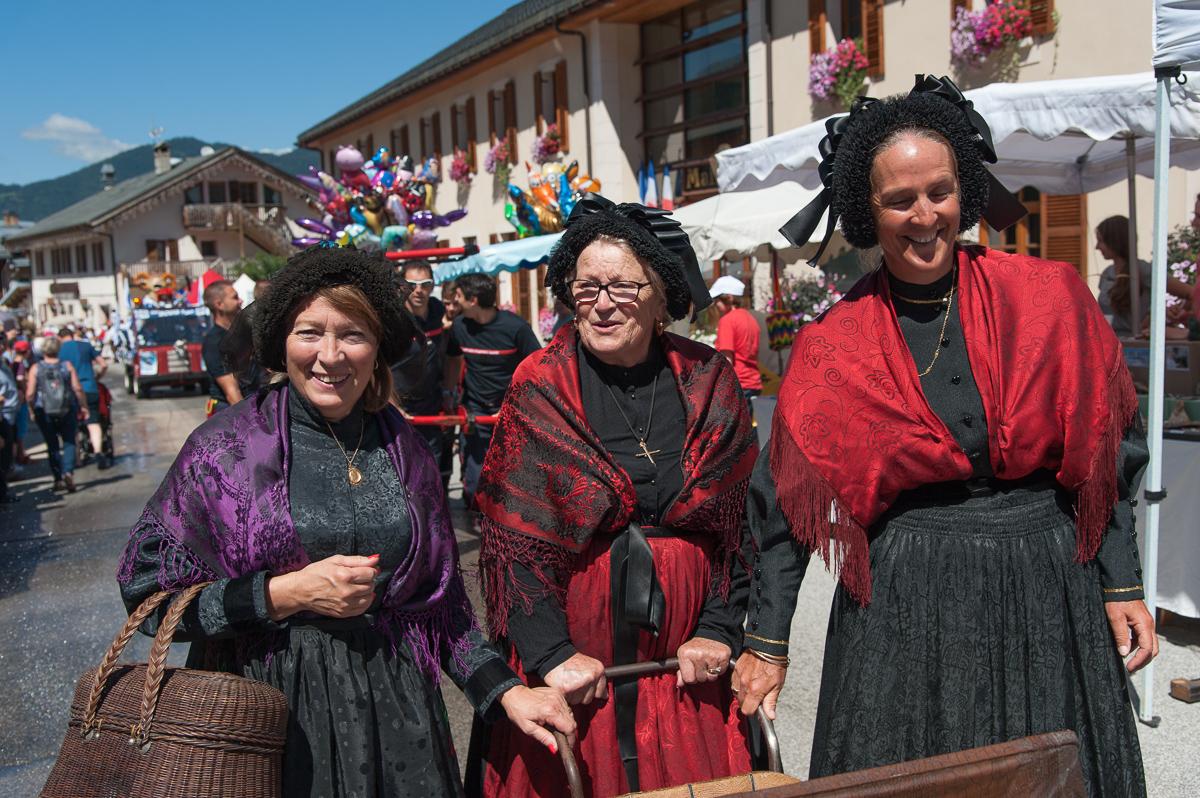 Photographe Tourisme Sur Une Fête De Village En Savoie : Costumes Et Coiffes Traditionnels Savoyards Lors De La Fête à Fanfoué 2016, à Méribel
