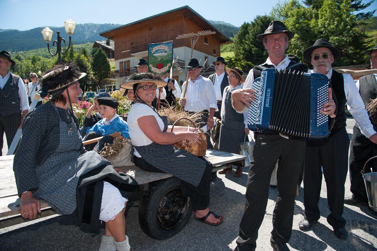 Photographe Tourisme Sur Une Fête De Village En Savoie : Costumes Et Musique Traditionnels Pendant Une Fête De Village Dans La Vallée Des Allues