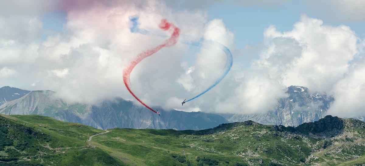Photographe Tourisme Sur Un Meeting Aérien : Les Alphajets De La Patrouille De France Dessinent Leurs Trainées Bleu-blanc-rouge Dans Le Ciel De Méribel