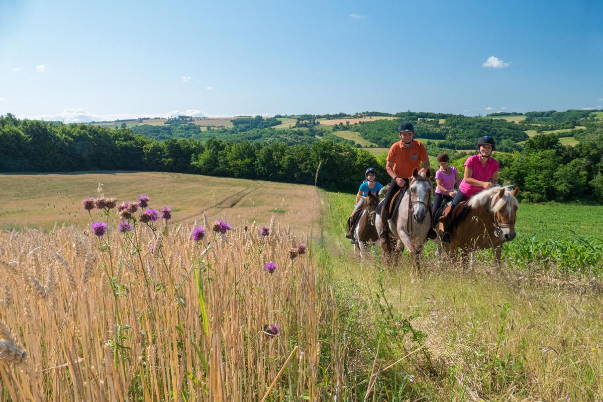 Photographe équestre Auvergne Rhône Alpes : Les Cavaliers De La Ferme Équestre Des Collines Pendant Leur Reportage Photo