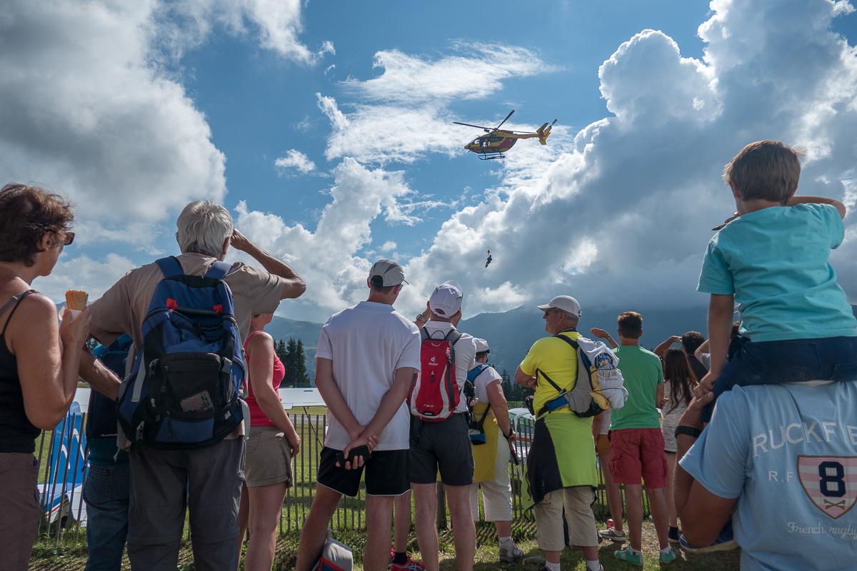 Photographe Tourisme Sur Un Meeting Aérien : Le Public Assiste à Une Démonstration De Secours En Montagne Lors Du Méribel Air Show 2016