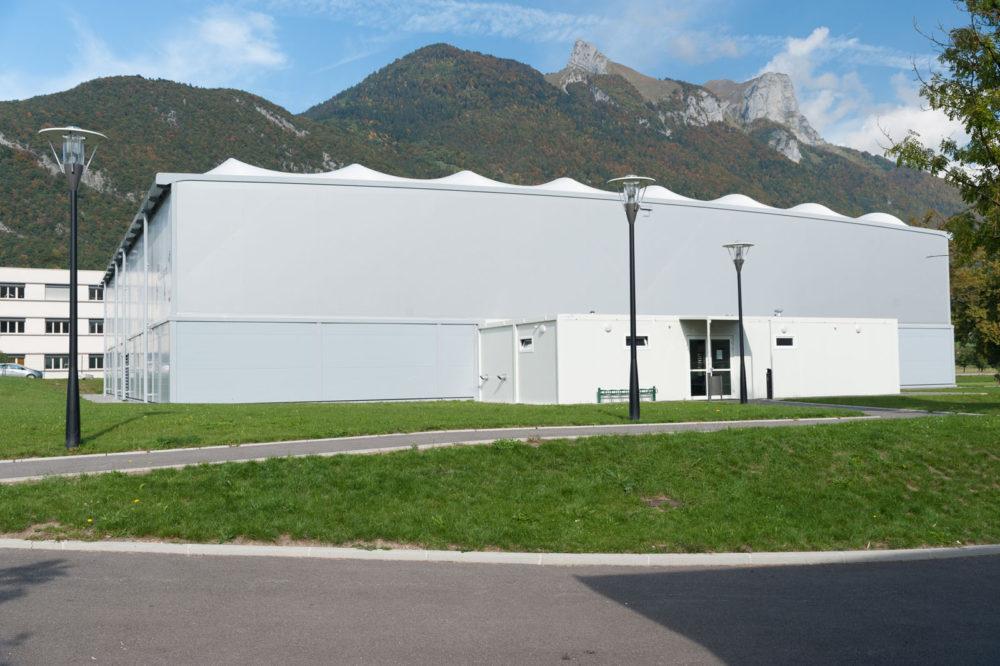 Photographe Architecture En Haute Savoie Sur Un équipement Sportif De La Municipalité De Faverges : Double Terrain De Tennis Couvert