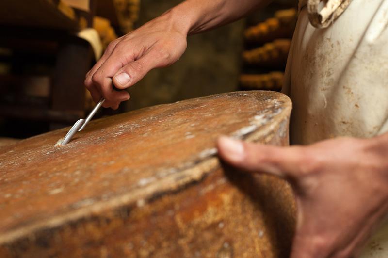 Carottage Avec Une Sonde à Fromage Dans Les Caves D'Affinage De Savoie, Rognaix