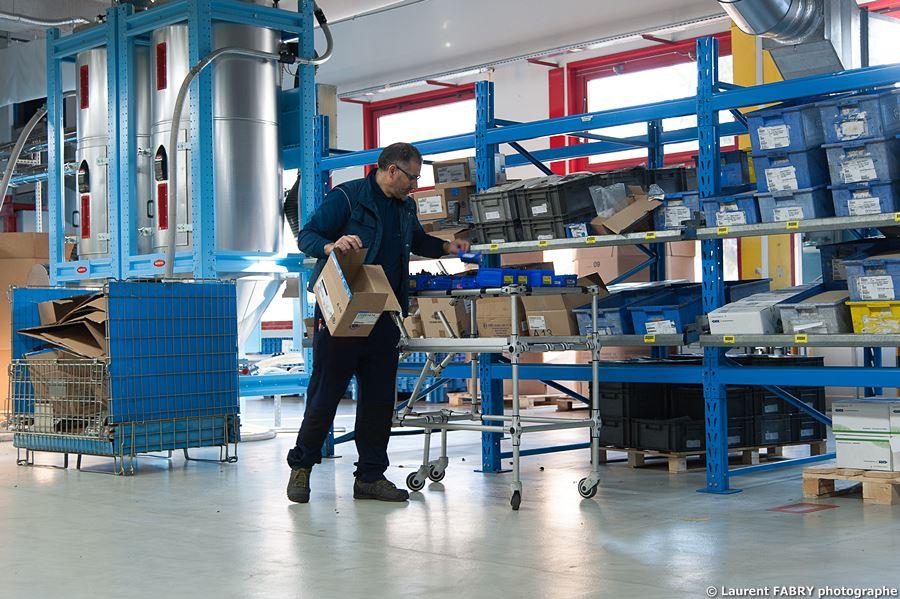 Photographe Industrie Dans Les Alpes En Maurienne : Magasinier Pour Les Pièces Entrant Dans La Fabrication