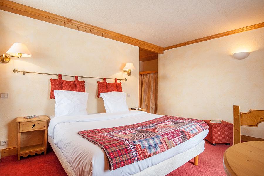 Photographe d'hôtel en Beaufortain : une chambre photographiée vers la porte
