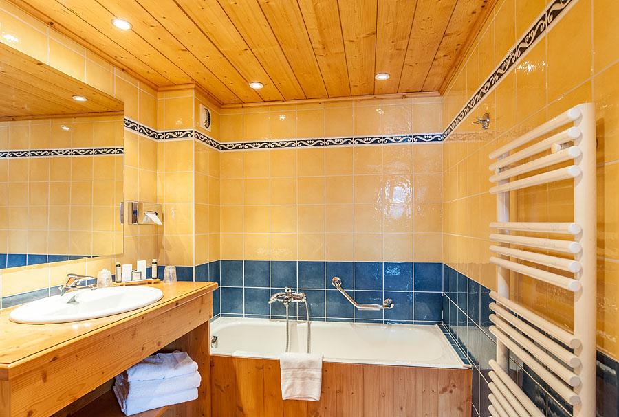 Photographe d'hôtel en Beaufortain : photo d'une salle de bain