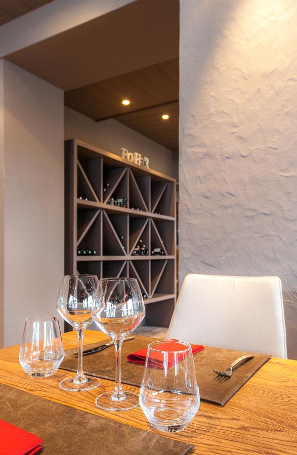 Photographe d'hôtel en Beaufortain : détail d'une table dans le restaurant