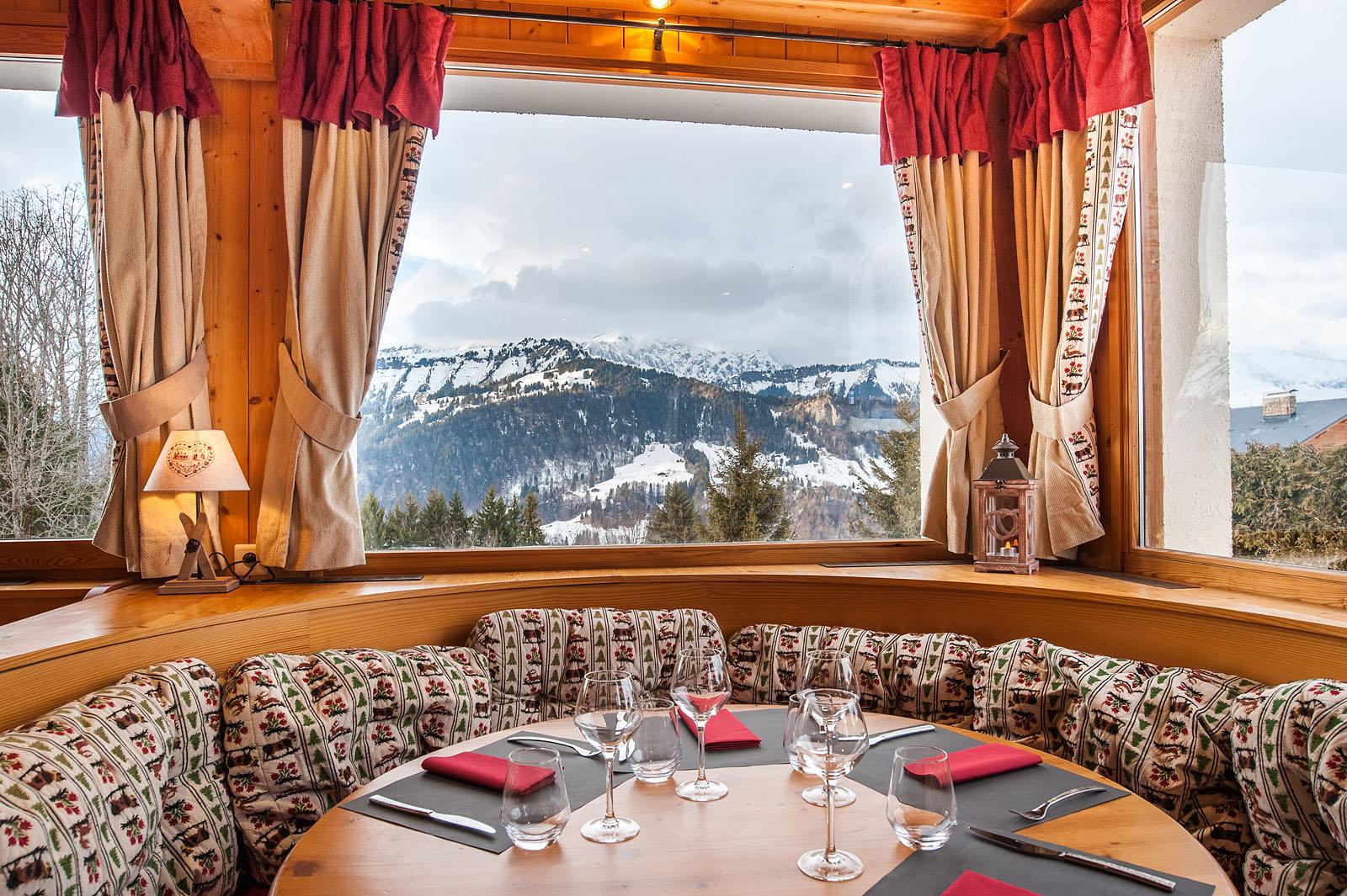 Photographe d'hôtel en Beaufortain : la salle du petit déjeuner avec vue sur le massif des Aravis