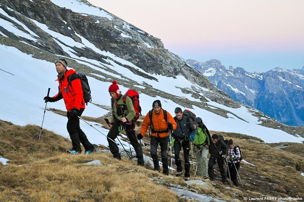 Photographe Outdoor Dans Les Alpes : La Cordée Emmenée Par Les Guides Avant Le Lever Du Jour