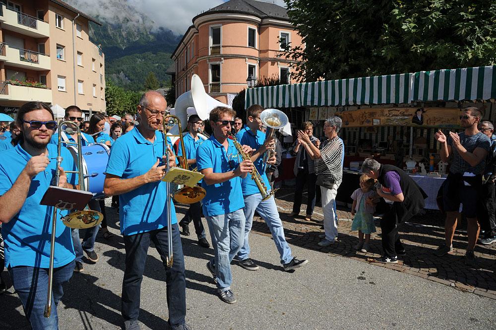 Photographe événementiel Sur Une Fête Des Montagnes Dans Les Alpes : Défilé En Musique