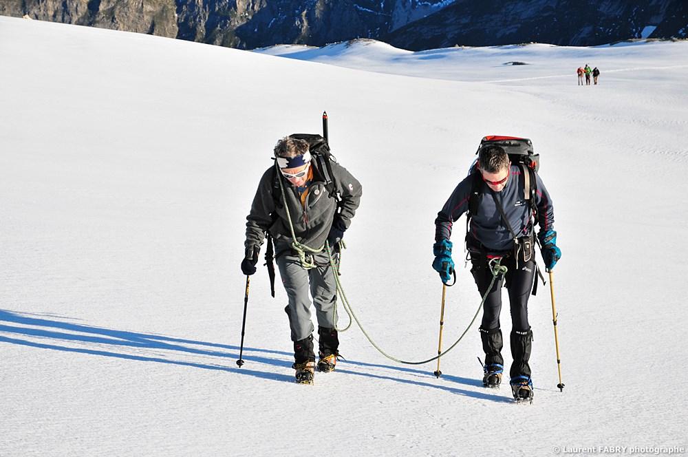 Photographe Outdoor Dans Les Alpes : Un Guide Encordé à Son Client
