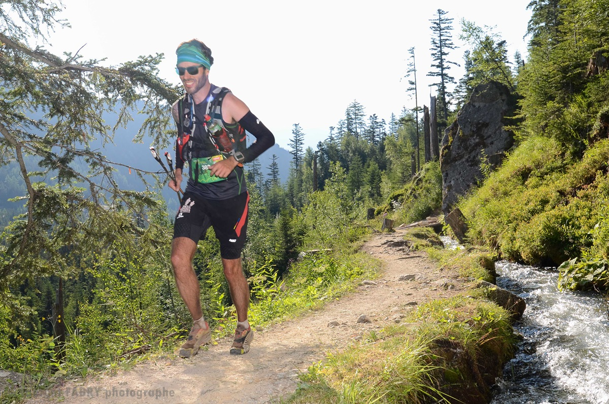 Photographe De Trail Running En Suisse : Sentier Près D'un Torrent