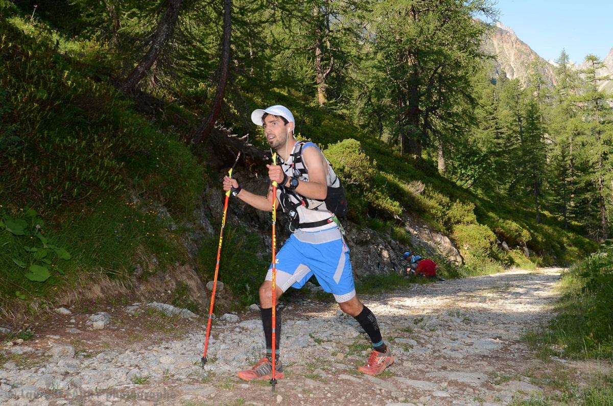 Photographe De Trail Running En Suisse : Traversée D'une Forêt Par Un Coureur