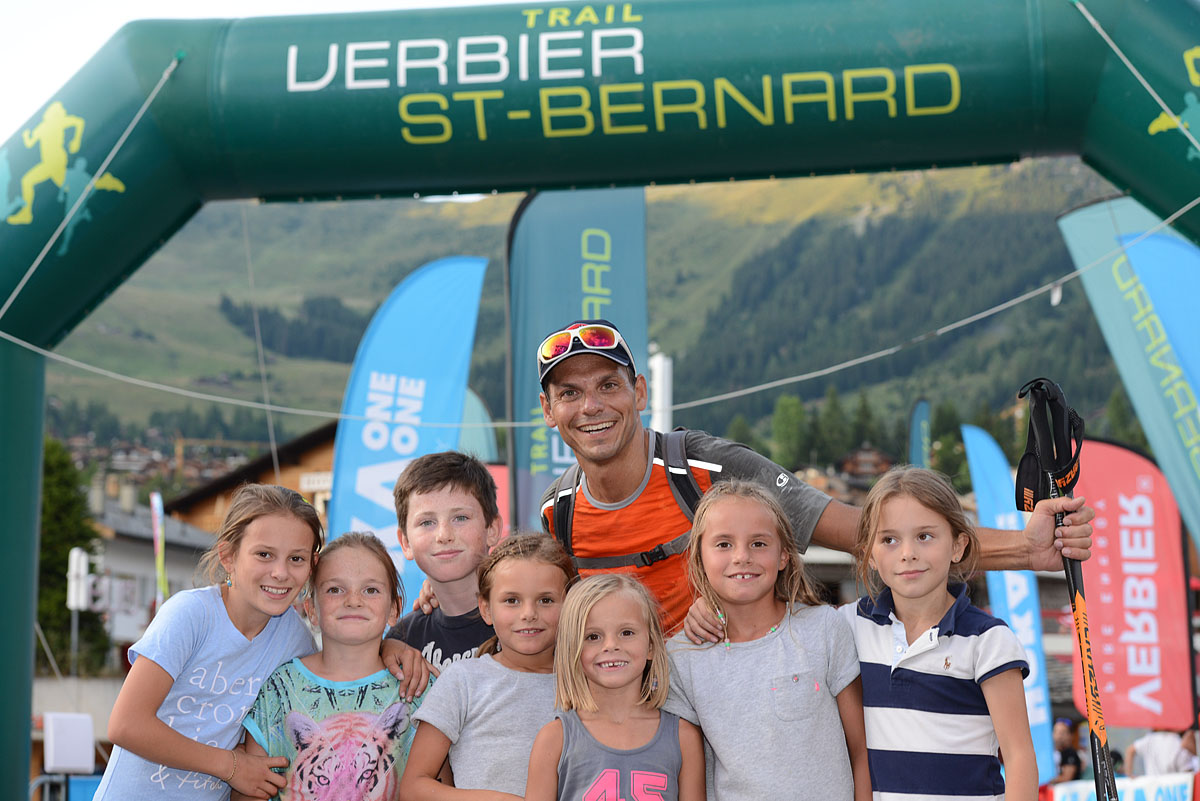Photographe De Trail Running En Suisse : Un Papa Accueilli Par Des Enfants Au TVSB