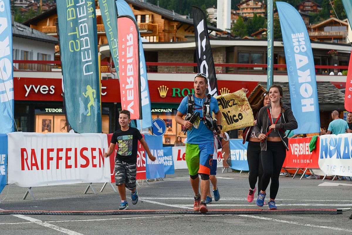 Photographe De Trail Running En Suisse : Arrivée En Famille Sur La Ligne D'arrivée