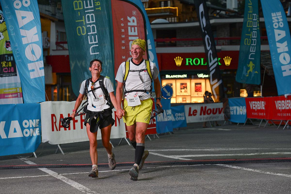 Photographe De Trail Running En Suisse : Un Couple Termine Sa Course TVSB Main Dans La Main, De Nuit