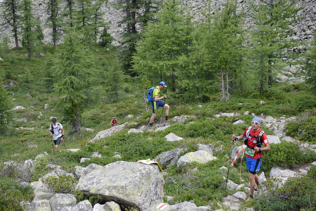 Photographe De Trail Running En Suisse : Ascension Entre Forêt Et Pierriers