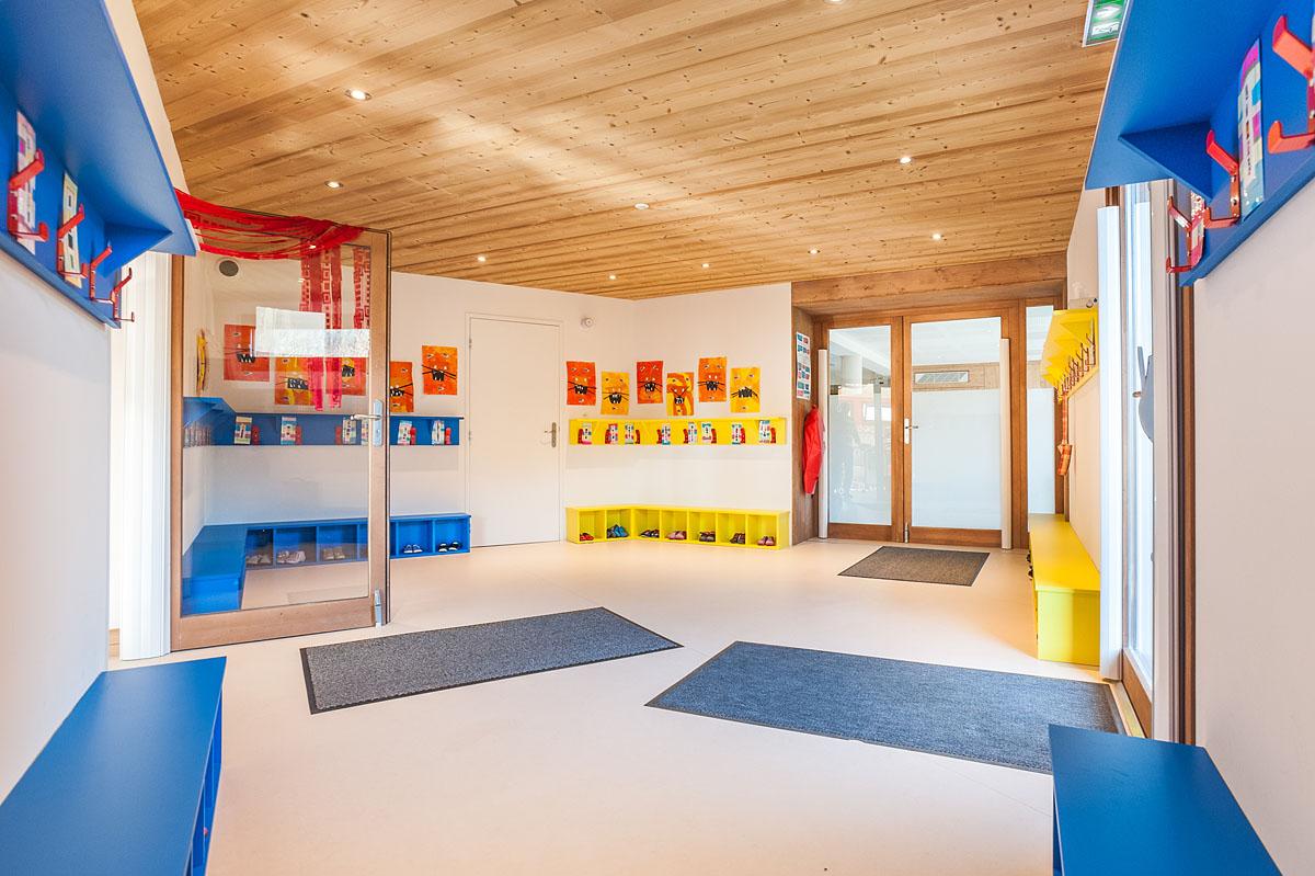 Photographe Architecture En Savoie Pour Une Collectivité : Hall D'entrée De L'école Et Ses Porte-manteaux Et Casiers à Chaussures