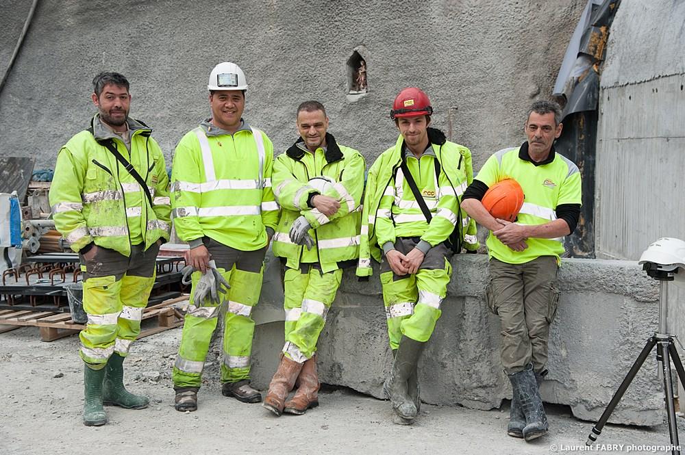 Photographe Industriel En Auvergne Rhône Alpes : Les Ouvriers Du Chantier Posent à L'entrée Du Tunnel Devant La Sainte Barbe