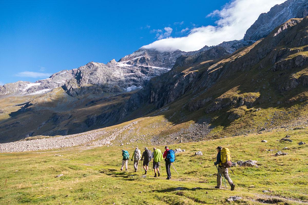 Photographe Sport De Montagne Outdoor En Vanoise : Randonnée Avec Le Sac à Dos
