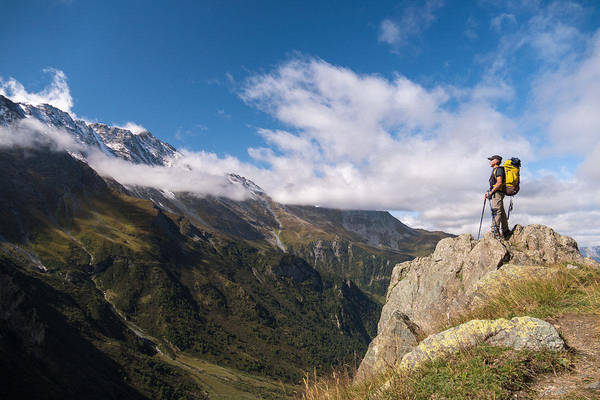 Photographe Sport De Montagne Outdoor En Vanoise : Portrait De Randonneur Sur Un Piton Rocheux