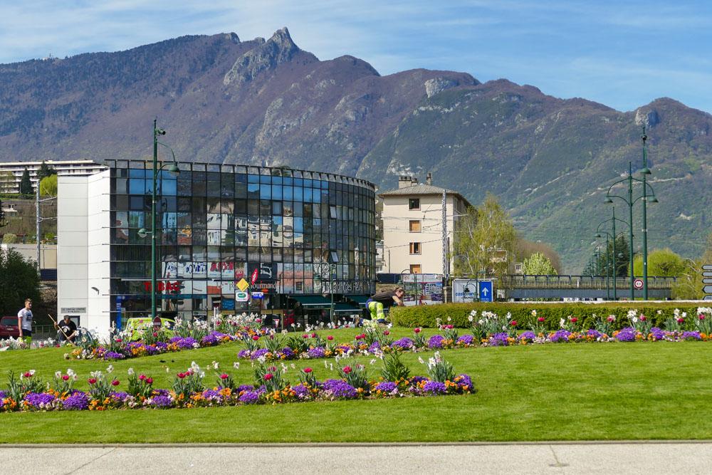 Photographe Urbanisme Pour Une Collectivité Dans Les Alpes (Aix-les-Bains) : Fleurissement Au Printemps Face à La Chaine De L'Epine Et La Dent Du Chat
