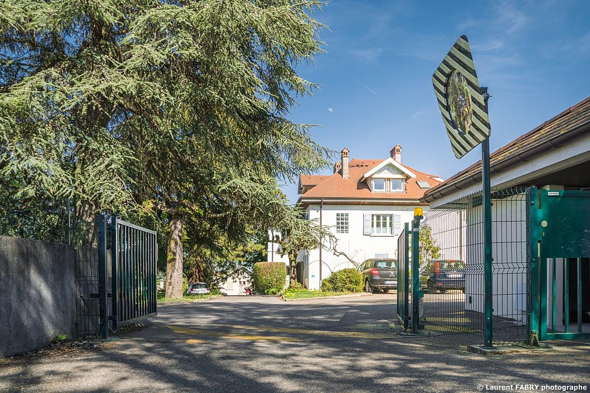 Photographe Immobilier Pour Un Appartement Près D'Annecy : Le Portail électrique à L'entrée De La Résidence