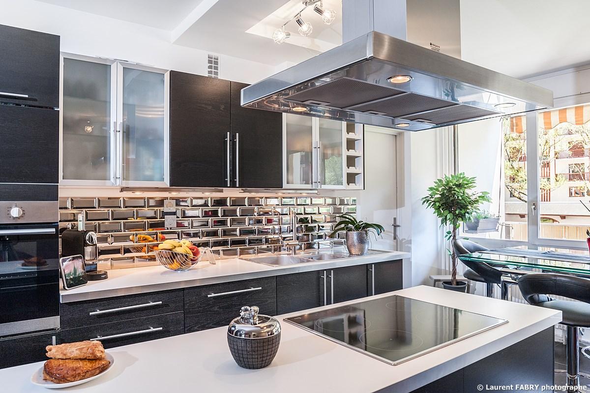 Photographe Immobilier Pour Un Appartement à Chambéry : La Cuisine Moderne Aménagée