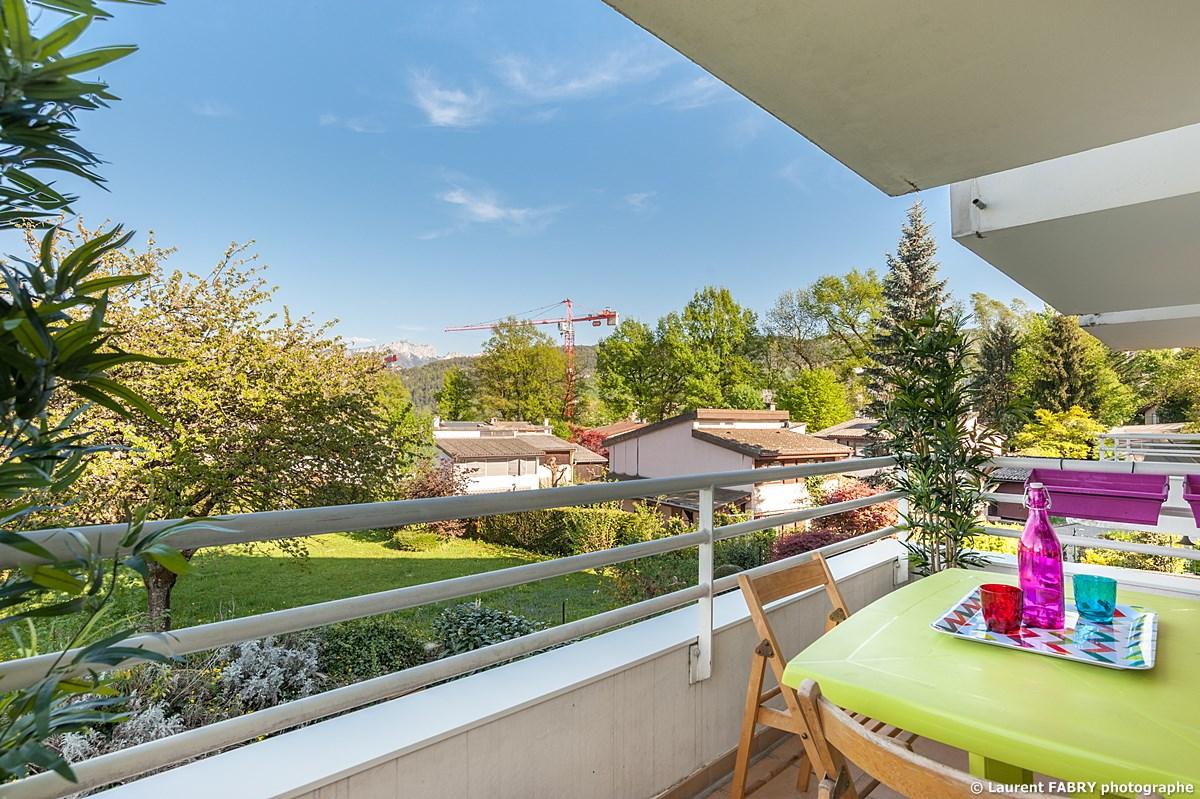 Photographe Immobilier Pour Un Appartement Près D'Annecy : Vue Du Balcon - Terrasse
