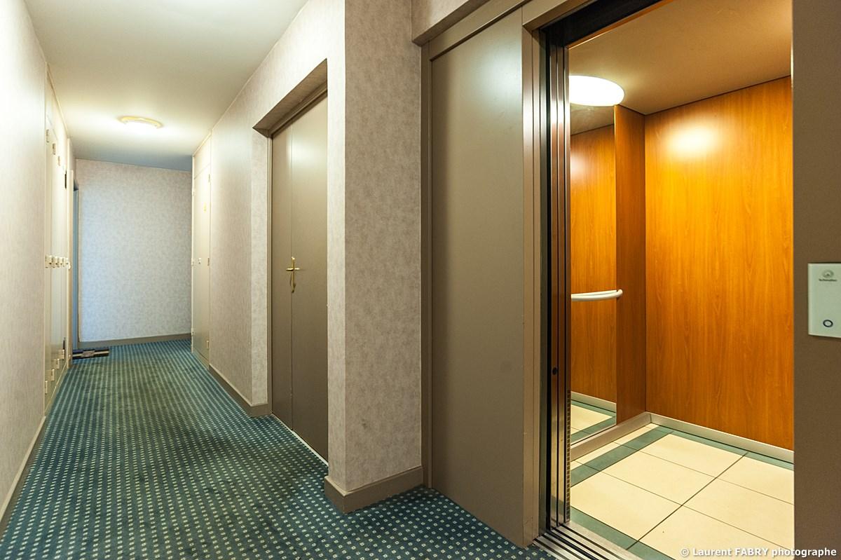 Photographe Immobilier Pour Un Appartement Près D'Annecy : Le Couloir Sur Le Pallier De L'appartement