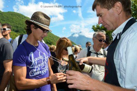 Photographe Tourisme Balade Gourmande : Dégustation De Vin En Plin Milieu Des Vignes Pour Les Participants