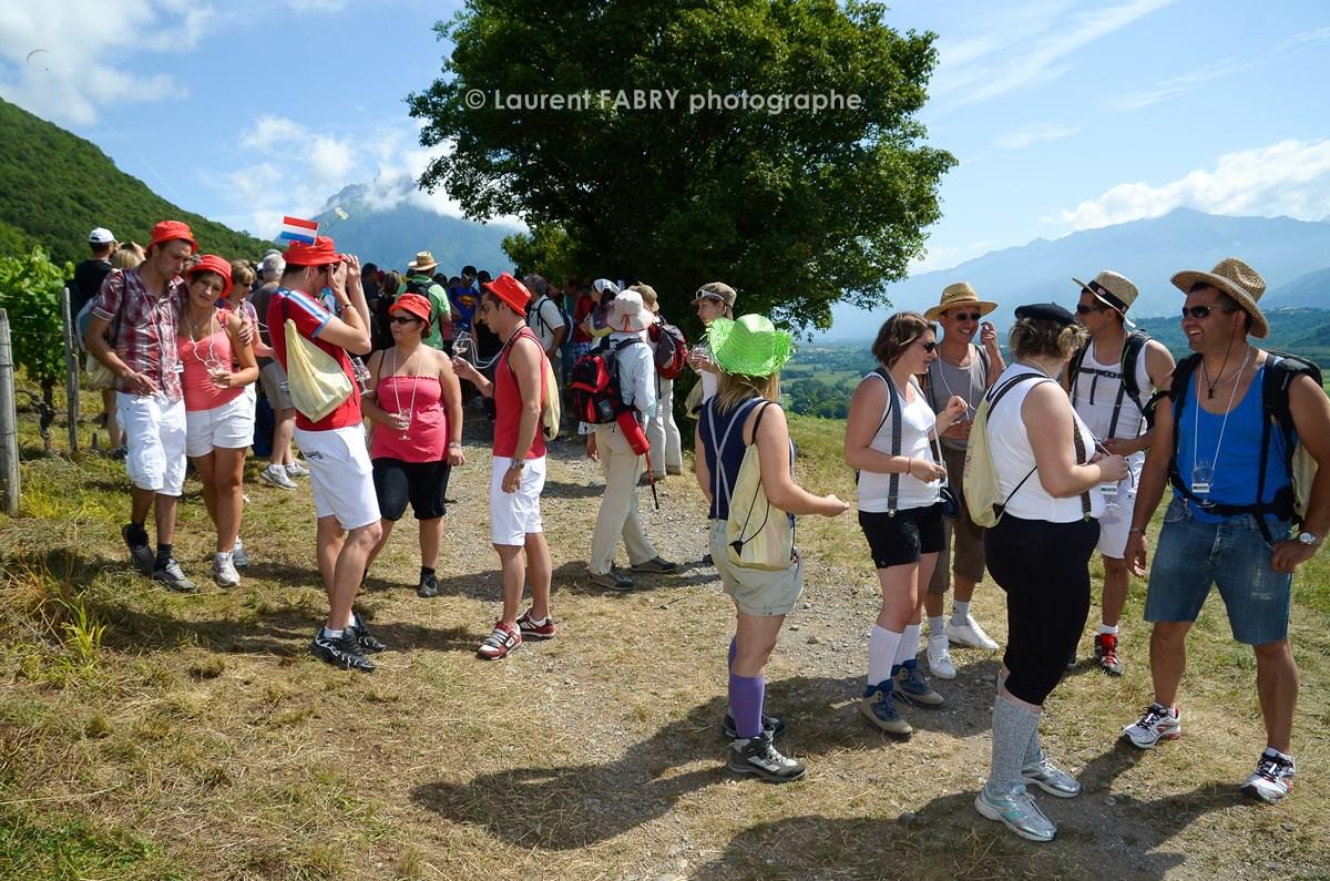 photographe tourisme sur une balade gourmande : les participants repartent après une dégustation de vin dans le coteau