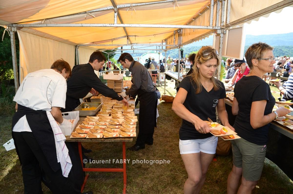photographe tourisme sur une balade gourmande : service d'un plat par le traiteur