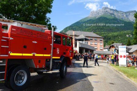 Photographe événementiel Pour Un Centre De Secours En Savoie : Le Fourgon Quite La Caserne Pour Une Vraie Alerte En Pleine Journée Portes Ouvertes