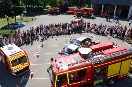 Photographe événementiel Pour Un Centre De Secours En Savoie : Vue Aérienne D'une Manoeuvre De Secours Routier Devant Le Public