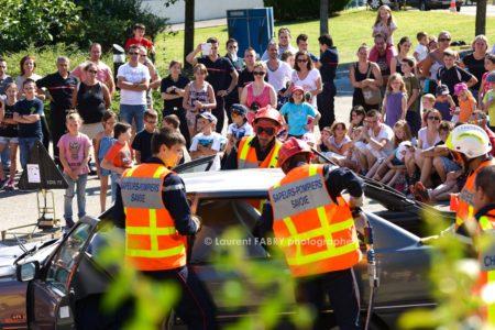 Photographe événementiel Pour Un Centre De Secours En Savoie : Le Public Regarde Une Manœuvre De Secours Routier