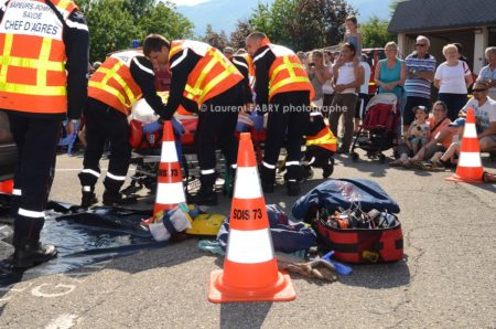 Photographe événementiel Pour Un Centre De Secours En Savoie : Le Public Assiste à Une Manoeuvre De Secours Routier