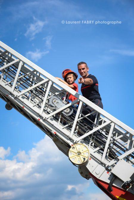 Photographe événementiel Pour Un Centre De Secours En Savoie : Les Enfants Découvrent La Grande échelle Des Pompiers