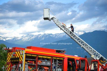 Photographe événementiel Pour Un Centre De Secours En Savoie : Les Pompiers Du Centre De Secours Font Découvrir Aux Enfants La Grande échelle